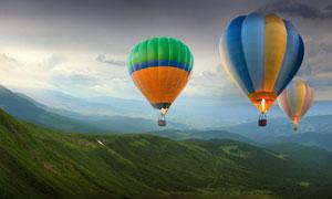 连绵起伏山峦上空的热气球高清图片
