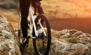 通过山路环境的自行车摄影高清图片