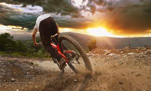 骑着山地车的车手人物摄影高清图片