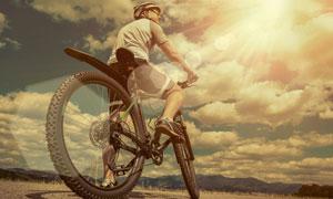 单腿着地的自行车车手摄影高清图片