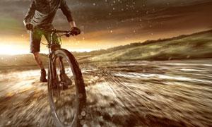 快速通过涉水路段的自行车车手图片
