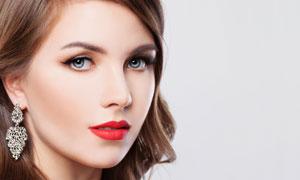 戴耳饰的红唇卷发美女摄影高清图片