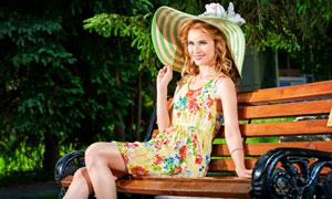 坐在长椅上的长裙美女摄影高清图片