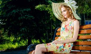 长椅上的美女人物写真摄影高清图片