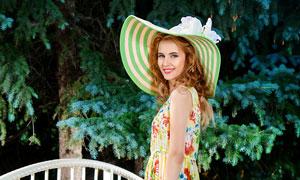 小桥上的长腿裙装美女摄影高清图片