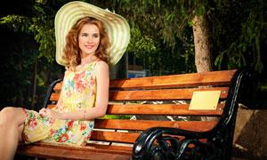 长椅上的裙装金发美女摄影高清图片