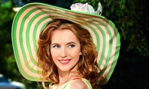 长椅上戴遮阳帽的美女摄影高清图片