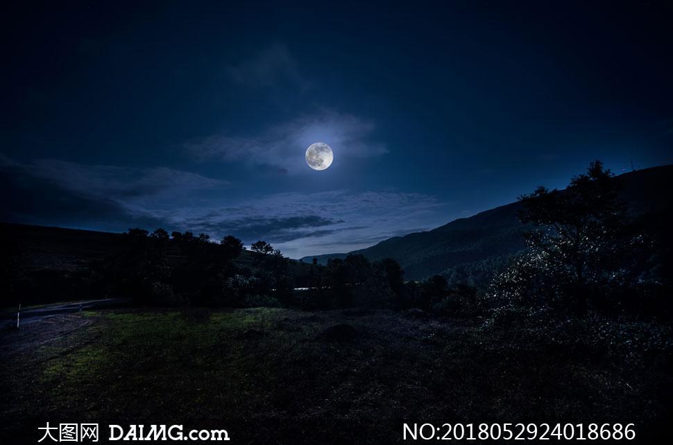 高清图片 自然风景 > 素材信息          山间公路与在夜空中的月亮