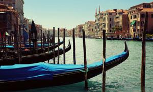 贡多拉与威尼斯的城市风光高清图片
