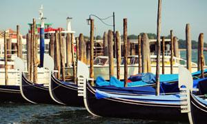在水面上的贡多拉风光摄影高清图片
