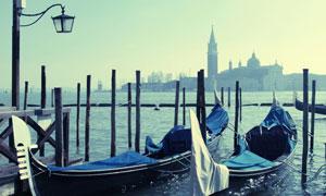 城市建筑物与水面上的船只高清图片