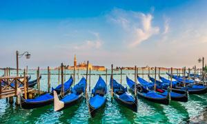 蓝天白云城市与停泊的船只高清图片