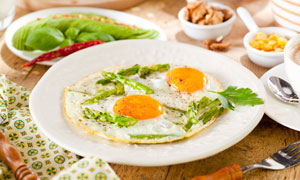 桌上的芦笋煎蛋等早餐摄影高清图片
