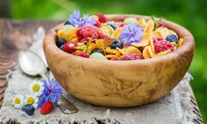 木碗里的覆盆子蓝莓等水果高清图片