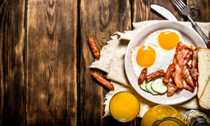 桌上的培根煎蛋等早餐摄影高清图片