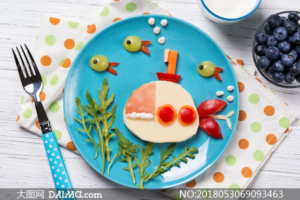 叉子蓝莓与美食的摆盘摄影高清图片