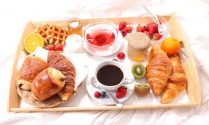 牛角包华夫饼与水果等早餐高清图片
