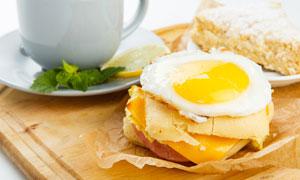 托盘上的鸡蛋三明治等摄影高清图片