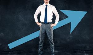 站在蓝色箭头前的人物摄影高清图片