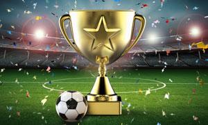 在草地上的足球与金色奖杯创意图片