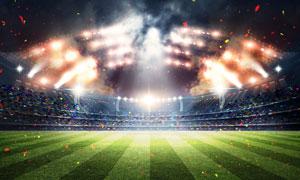 明月与耀眼灯光下的足球场高清图片