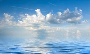 水面波纹与天上的云朵摄影高清图片