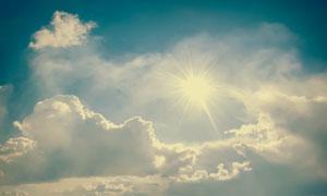 蓝天白云自然风景逆光摄影高清图片