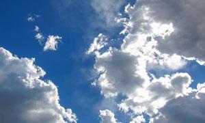 晴朗天空下的白云逆光摄影高清图片