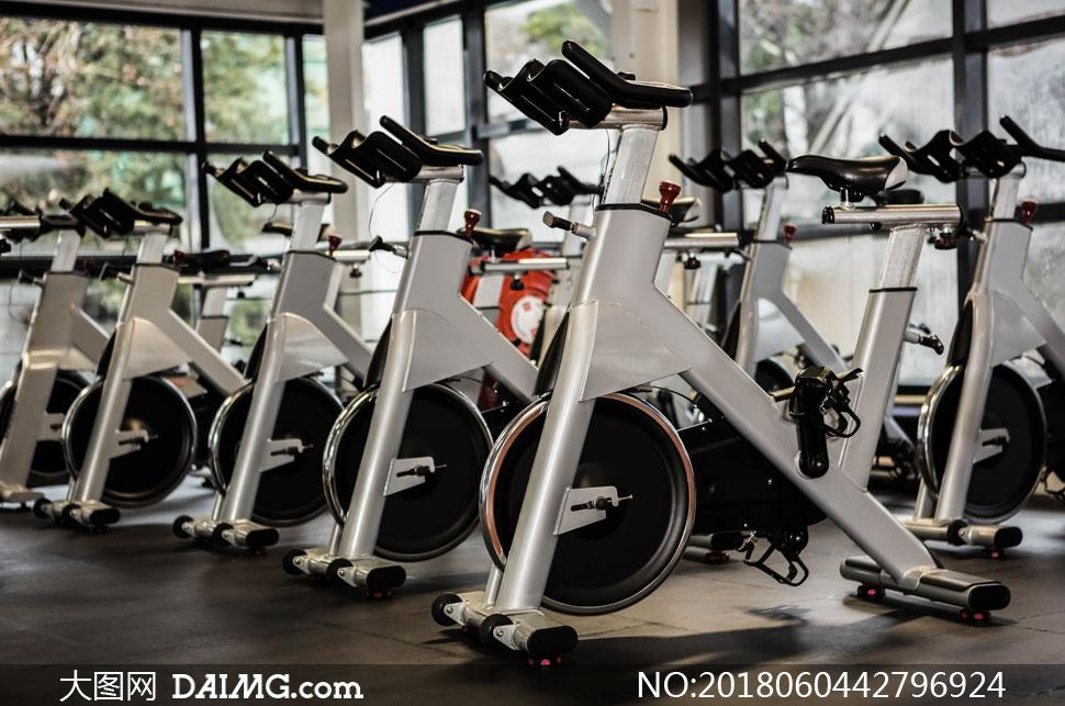健身房的动感单车器械摄影高清图片