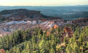 壮观的山脉景观和森林摄影图片