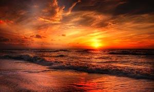 金碧辉煌的海边日落美景摄影图片