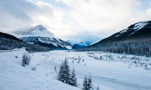 冬季山顶美丽雪后美景摄影图片