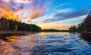 黄昏下的河流美景摄影图片