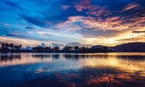 夕阳下湖边美景摄影图片