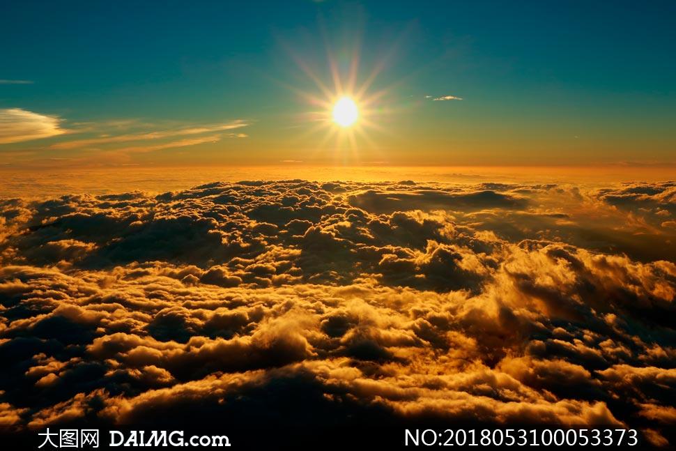 云层上美丽的日出景观摄影图片