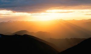 山顶美丽云雾和夕阳美景摄影图片