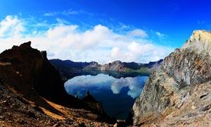蓝天下的长白山天池美景摄影图片