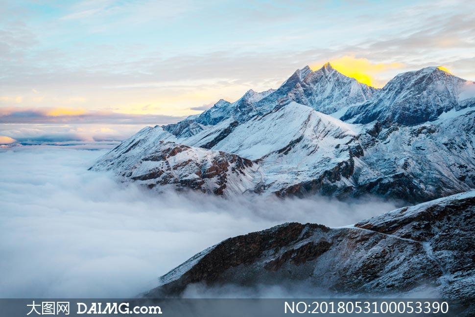雪山山顶和云雾美景摄影图片