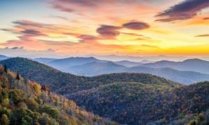 夕阳下的美丽山林摄影图片