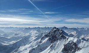 蓝天下的雪山群峰摄影图片