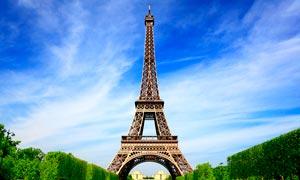 蓝天下的巴黎铁塔摄影图片