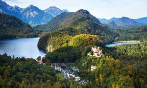 欧洲山林中的城堡摄影图片