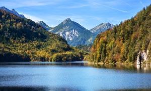 山林山坡脚下美丽湖泊摄影图片