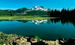 雪山脚下平静的湖泊摄影图片