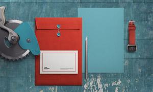 放在桌上的手表与文件袋贴图源文件
