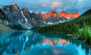 雪山湖泊与茂密的树木摄影高清图片