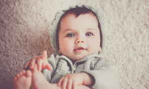 躺在地毯上的可愛寶寶攝影高清圖片