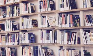 房间里摆满了书的书架摄影高清图片