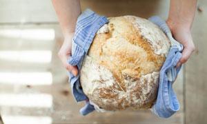 捧在手里的大面包特写摄影高清图片