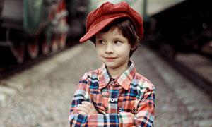 戴着帽子的小男孩人物摄影高清图片